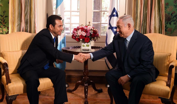 Le président guatémaltèque Jimmy Morales (à gauche), qui a rencontre le Premier ministre israélien Benjamin Netanyahou dimanche 4 mars à Washington, a annoncé le transfert de l'ambassade du Guatemala à Jérusalem en mai, tout comme les Etats-Unis. © Twitter/ Jimmy Morales