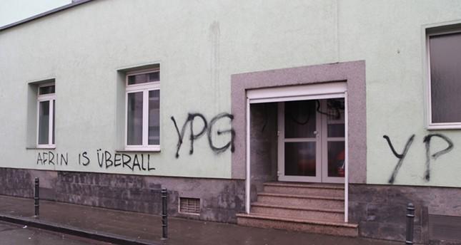 Les murs de la mosquée Eyup Sultan à Cologne, au nord-ouest de l'Allemagne, ont été tagués dans la nuit du 12 au 13 mars. Les soupçons sont portés envers des sympathisants kurdes en conflit ouvert avec la Turquie. © AA