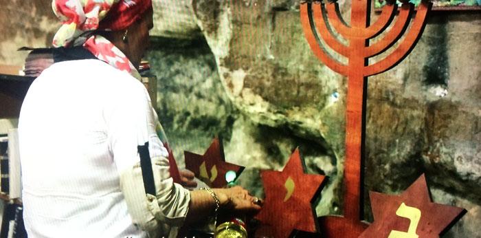 Image extraite de la vidéo « La grotte d'Elie au mont Carmel », présentée dans le cadre de l'exposition « Lieux saints partagés », au musée de l'Histoire de l'immigration, par Manoël Pénicaud.