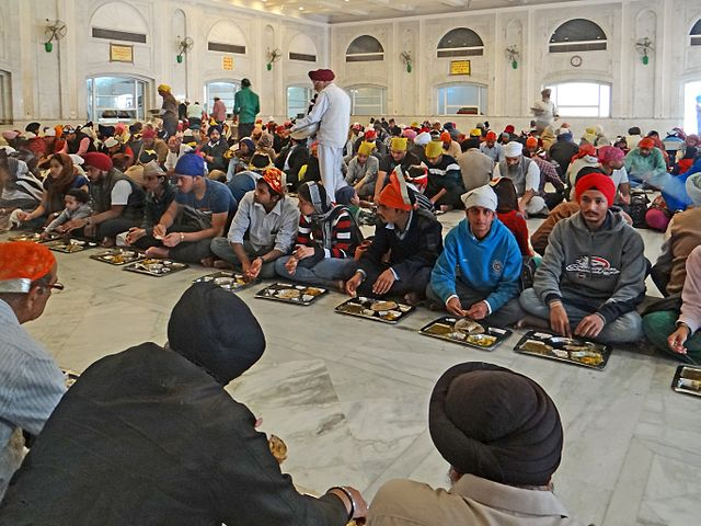 La pratique du langar, repas gratuit communautaire, remonte au XVIe siècle. Ici à Gurdwara Bangla Sahib, un sanctuaire sikh, à New Delhi, en Inde. (photo : Jean-Pierre Dalbéra)