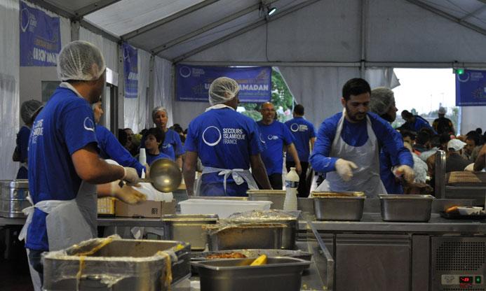 Sous un chapiteau géant, à Saint-Denis, le Secours islamique France dresse « Les Tables du Ramadan », financées en partie par la zakât al-Fitr. Plus de 1 000 repas solidaires sont préparés et servis chaque jour par quelque 50 à 70 bénévoles. (Photo : © Secours islamique France)
