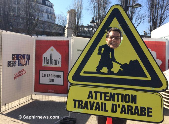 Ali Guessoum, lors de son exposition  « Attention, travail d'Arabe » en plein air, sur la place Stalingrad (Paris 19e), en 2017.
