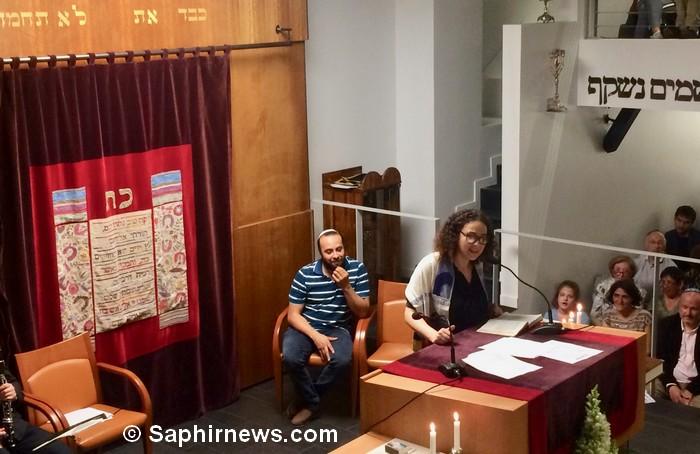 Le rabbin Delphine Horvilleur et le comédien Ismaël Saïdi, ici à la synagogue du 15e arrondissement de Paris le 1er juin, ont initié le Shabaddan, pour inviter juifs et musulmans de célébrer Shabbat et le mois du Ramadan ensemble.