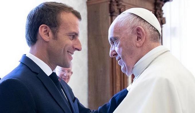 Emmanuel Macron a rencontré le pape François mardi 26 juin au Vatican, où le président français a reçu le titre honorifique de chanoine honoraire de l'Eglise romaine de Saint-Jean de Latran. © Facebook E. Macron
