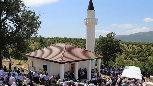 Après 26 ans de fermeture, la mosquée Bajramovic dans le village d'Orahovica, au sud de Bileca, en Bosnie-Herzagovine, renaît de ses cendres. © Anadolu