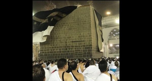 En plein Hajj, la kiswa de la Kaaba secouée par une tempête de vent (vidéo)