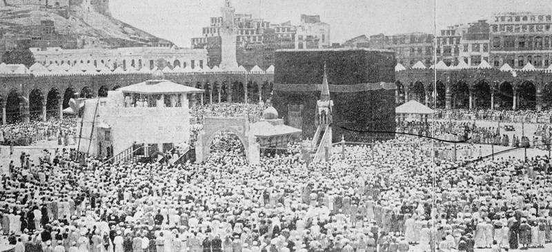 Des pèlerins réunis autour de la Kaaba, à La Mecque, 1900. Reproduction photographique par S. Hakim