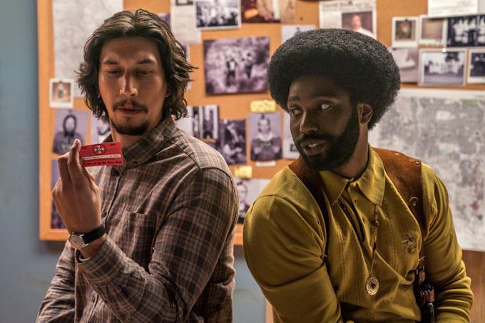 Adam Driver (qui joue Flip Zimmerman) et John David Washington (qui incarne Ron Stallworth) sont les deux comparses du film de Spike Lee « BlacKkKlansman – J'ai infiltré le Ku Klux Klan ». (© Universal Pictures)