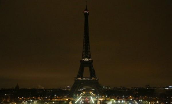 Nouvelle-Zélande : la Tour Eiffel éteinte en hommage aux victimes des attentats de Christchurch