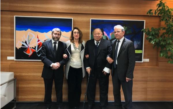 Le président de l'Union de Mosquée de France (UMF), Mohammed Moussaoui, le Grand Rabbin de France, Haïm Korsia, et le recteur de la Grande Mosquée de Paris, Dalil Boubakeur, se sont rendus ensemble vendredi 15 mars, à l'ambassade de la Nouvelle Zélande pour exprimer leur solidarité auprès du peuple néo-zélandais après le double attentat perpétré contre deux mosquées à Christchurch. Au centre, l'ambassadrice Jane Coombs.
