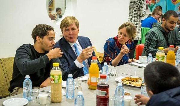 Le roi des Pays-Bas Willem-Alexander a fait la surprise aux musulmans en se rendant à un iftar pendant le mois du Ramadan, organisé jeudi 16 mai dans un centre communautaire à La Haye. © Twitter / Jan Hofdijk