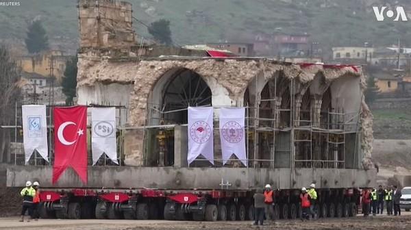 Turquie : une mosquée vieille de plus de 600 ans déplacée d'une ville antique (vidéo)