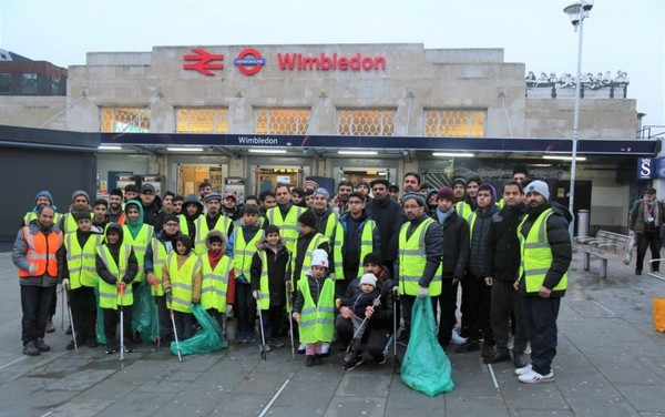 Plus de 1 500 jeunes musulmans se sont portés volontaires pour nettoyer les rues de villes britanniques le jour du Nouvel an 2020. © AMYA