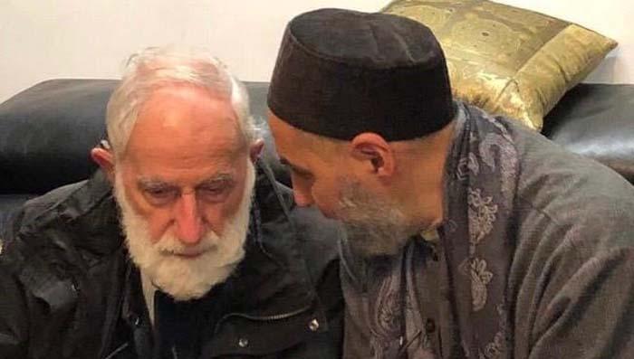 Le photographe Roland Michaud, ici en compagnie d'Abd el-Hafid Benchouk, est décédé le 25 mai 2020 à l'âge de 89 ans.