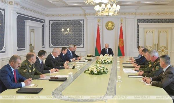 En Biélorussie, Alexandre Loukachenko brandit la menace d'une « guerre interreligieuse » pour discréditer l'opposition, dans la rue depuis la réélection du président dictateur le 9 août 2020. © Belta