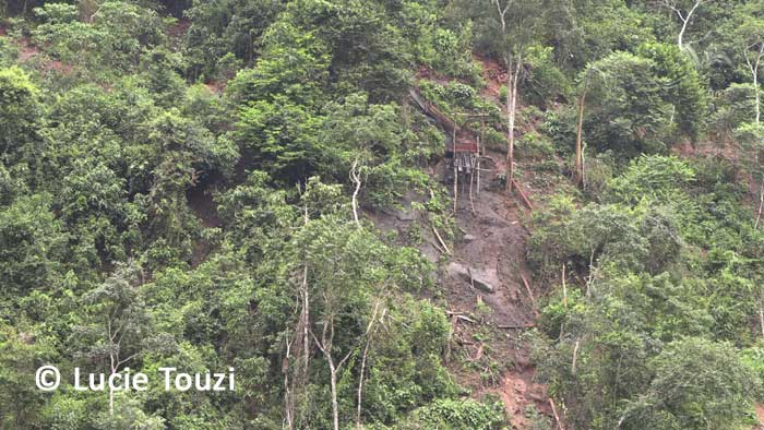 Entrée d'une exploitation minière informelle installée à Puerto Unión, Selva Central, Amazonie péruvienne. © Lucie Touzi