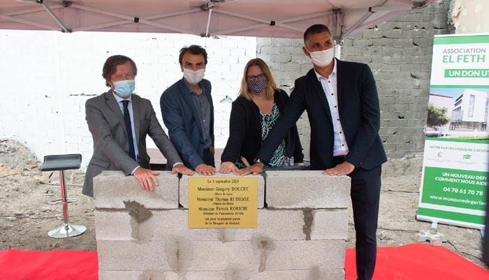Aux côtés du député Thomas Rudigoz (à gauche) et de la maire du 7e arrondissement Fanny Dubot, le maire de Lyon, Grégory Doucet, pose la première pierre de la mosquée de Gerland avec le président de l'association El Feth, Farouk Korichi. © Mosquée de Gerland