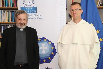 Le directeur général de L'Œuvre d'Orient, Mgr Pascal Gollnisch (à gauche), aux côtés du prêtre Olivier Poquillon. © COMECE