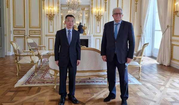 Chems-Eddine Hafiz, recteur de la Grande Mosquée de Paris, aux côtés de Lu Shaye, ambassadeur de Chine en France, lors d'une rencontre en juin 2021. © DR