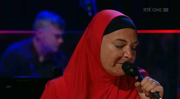 La chanteuse irlandaise Sinead O'Connor, ici en concert après sa conversion à l'islam en 2018.