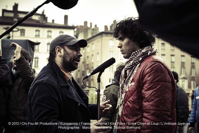 Le réalisateur Nabil Ben Yadir, avec Tewfik Jallab, lors du tournage du film La Marche, en salles le 27 novembre.
