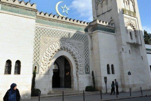 Des femmes, fidèles de la Grande Mosquée de Paris, contestent la relégation de leur salle de prière au sous-sol et appellent à prier derrière les hommes dans la salle qui était la leur avant novembre 2013.