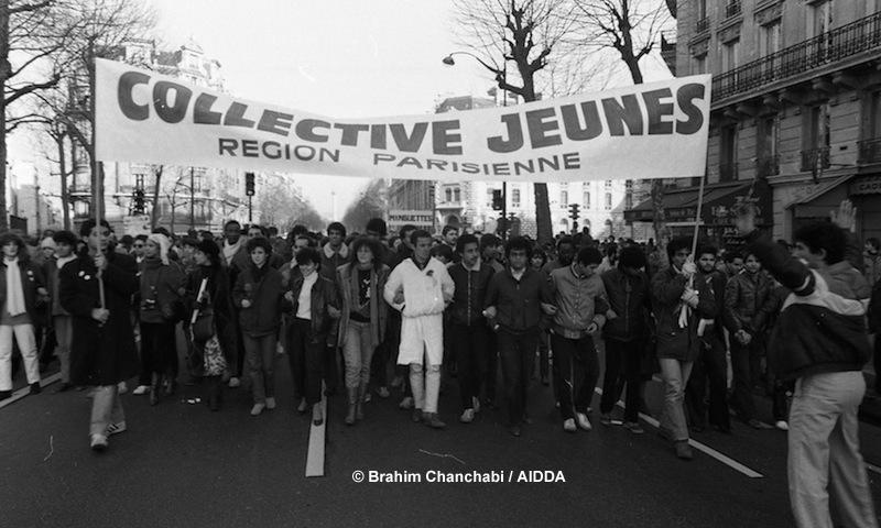Directement concernées par la violence commise contre leurs enfants, frères ou cousins, les femmes ont vite investi l'organisation de la Marche, en créant, par exemple, l'Association des mères victimes de crimes racistes et sécuritaires. Ici, arrivée de Collective Jeunes à la manifestation à Paris, le 3 décembre 1983.