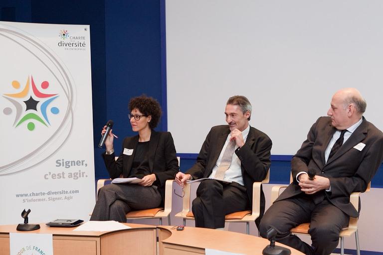 Fella Imalhayene, la secrétaire générale de la Charte de la diversité,  Luc Vidal, directeur général d'Inergie et Stéphane Roussel, le porte-parole de la Charte de la diversité lors de la présentation du Bilan Diversité 2013, jeudi 12 décembre.