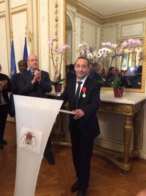 Tareq Oubrou avec son insigne de la légion d'honneur et Alain Juppé © Infos Bordeaux.