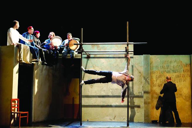 « Rayahzone », un superbe spectacle tout autant chorégraphique, circassien que musical, créé et interprété par les frères Ali et Hèdi Thabet, sur fond de chants et musique soufie en live.