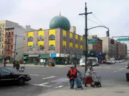 """La mosquée Malcolm Shabazz à Harlem, auparavant """"temple"""" de la Nation of Islam (puis """"Mosquée N° 7""""), sur le Malcolm X Boulevard. Malcolm X y prêcha jusqu'au moment où il quitta la Nation of Islam. C'est aujourd'hui une mosquée sunnite. (© 2006 Jeff C)"""