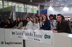 Des jeunes de Coexister formant le comité d'accueil des membres partis faire l'Interfaith Tour.