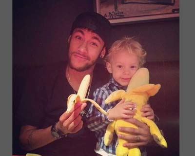 """Le joueur brésilien Neymar avec son fils à l'origine de la campagne """"Nous sommes tous des singes""""."""