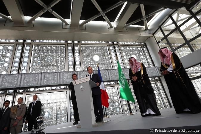 Le 22 avril, François Hollande a inauguré l'exposition « Hajj, le pèlerinage à La Mecque », marquant ainsi son soutien aux nouvelles ambitions de l'IMA. «  500 000 personnes visitent chaque année l'Institut du monde arabe. C'est considérable, c'est impressionnant et en même temps ce n'est pas surprenant car depuis des siècles la circulation des biens, des idées et des personnes a lié nos destins, les destins de la France et du monde arabe », a-t-il déclaré lors de son allocution.