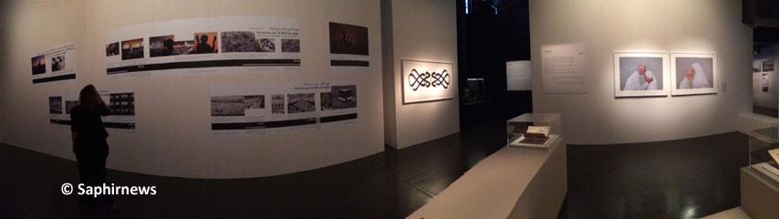 Frise pédagogique sur le déroulement du pèlerinage, calligraphie et œuvre photographique se côtoient dans l'exposition « Hajj, le pèlerinage à La Mecque » coproduite par l'IMA et la Bibliothèque nationale du roi Abdulaziz.