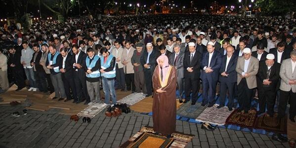 Des milliers de Turcs ont effectué une prière le 31 mai pour demander la transformation de Saint-Sophie en mosquée.