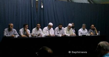 Les intervenants à la réunion, autour du recteur de la mosquée Adda'wa, Larbi Kechat, entouré d'Ahmed Jaballah (UOIF) et Fatih Serikir (Mili Görus).