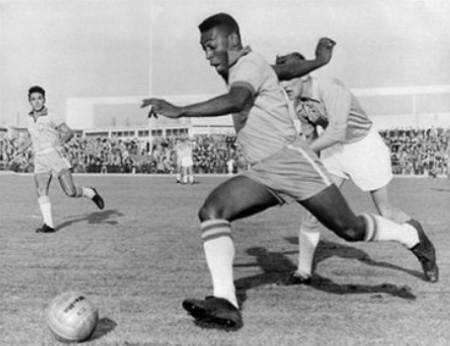 Pelé, ici lors de la Coupe du monde 1958, a été le seul footballeur trois fois champion du monde (1958, 1962, 1970) au sein de la sélection brésilienne. Ministre des Sports en 1995, il est le premier Noir au Brésil à accéder à une fonction aussi élevée.