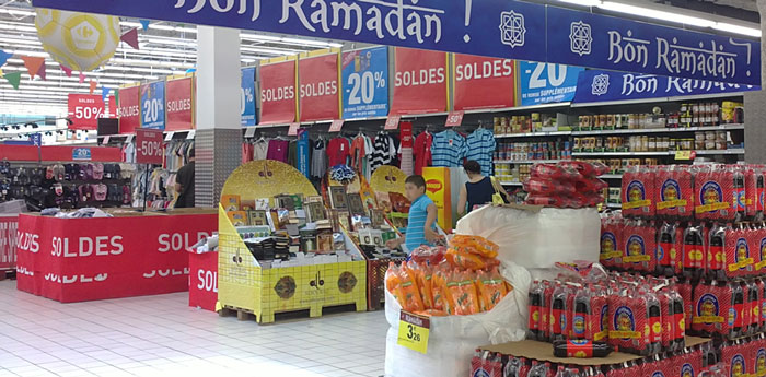 """Les box de l'opération """"Albouraq fait son Ramadan"""" au Carrefour de Gennevilliers (Hauts-de-Seine)."""