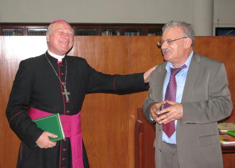 Mahmoud Azab (à dr.), à l'Institut dominicain d'études orientales (IDEO), au Caire, en mai 2012, à l'occasion d'une soirée-hommage à Mgr Michael Fitzgerald (à g.), nonce apostolique en Égypte.