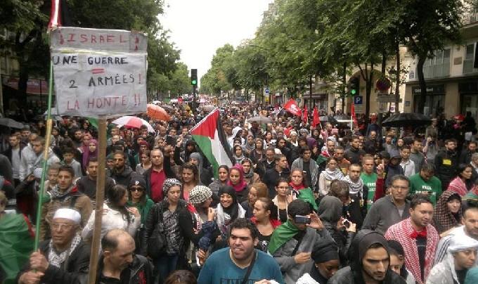 Des milliers de manifestants défilent à Paris le 13 juillet en signe de soutien avec les Palestiniens.