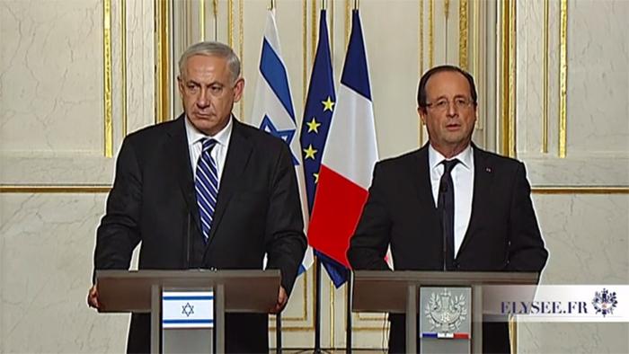 Le président François Hollande et le Premier ministre israélien Benjamin Netanyahou, lors de leur conférence de presse en octobre 2012, au cours de laquelle ils évoquaient « l'amitié liant les deux pays historiquement » et le prétendu « processus de paix entre Israéliens et Palestiniens ».