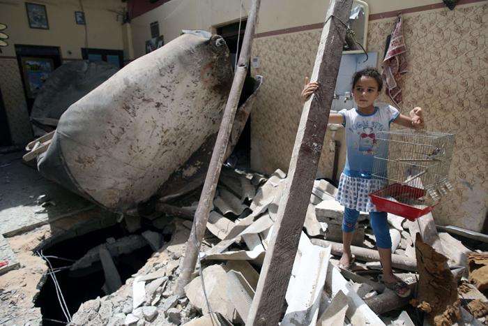 Une fille devant sa maison détruite par un bombardement israélien le 12 juillet 2014. (Photo : UNICEF/El Baba)