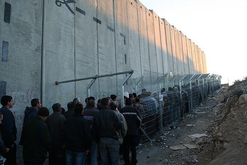 La Palestine est devenue une prison à ciel ouvert, avec l'édification, illégale, du mur de la honte. Déjà 500 km construits sur les 700 km prévus dans le tracé initial lancé en 2002, qui annexent de fait une partie substantielle de la Cisjordanie à Israël. Ici, un checkpoint, à Bethlehem.