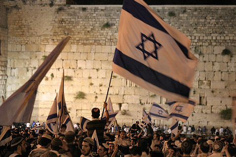 Manifestation de Juifs israéliens, le 23 décembre 2010, à Jérusalem, pour protester contre d'éventuelles concessions territoriales aux Palestiniens et approuver un manifeste appelant les Juifs à ne pas vendre ou louer d'appartements aux Arabes.
