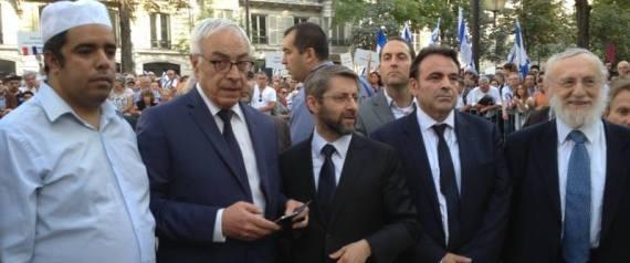 Rachid Bribach, l'ambassadeur d'Israël en France Yossi Gal, le Grand Rabbin de France Haïm Korsia, le président du Consistoire Joël Mergui et le grand rabbin de Paris Michel Guggenheim.