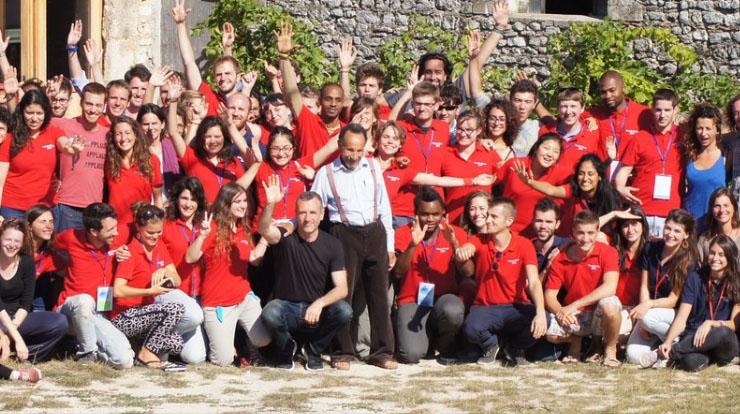 Le tour de France de Ticket for change a pour ambition de révéler le potentiel de 50 jeunes entrepreneurs en herbe. Ils entourent, ici, Pierre Rabhi, philosophe et bio-agriculteur, l'une des personnes inspirantes sollicitées lors de ce voyage de dix jours de conseils et de coaching.
