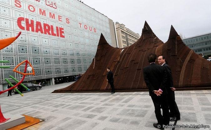 François Hollande entouré de Jack Lang, président de l'Institut du monde arabe (IMA) et Fleur Pellerin, la ministre de la Culture, jeudi 15 janvier.