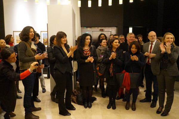 Les six artistes de « Cherchez l'erreur » et Michket Krifa, commissaire d'exposition. (Photo : ©  Institut des cultures d'islam)
