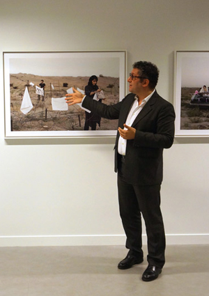 Jamel Oubechou, président de l'ICI, devant la série « Today's Life and War » de l'artiste iranienne Gohar Dashti. (Photo : ©  Institut des cultures d'islam)
